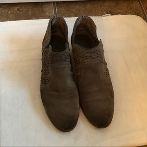 SIZE 9 WELL LOVED VINCE CAMUTO SUEDE BOOTIES